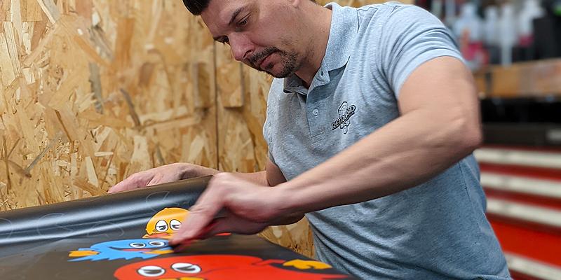 On décore la borne d'arcade Pacman